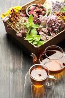 Kräutertee, verschiedene Kräuter und Blumen foto
