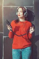 schönes Hipster-Mädchen, das Musik hört foto