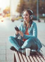 Hipster schönes Mädchen Musik hören foto