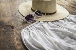 Set mit verschiedenen Kleidungsstücken und Accessoires für Frauen