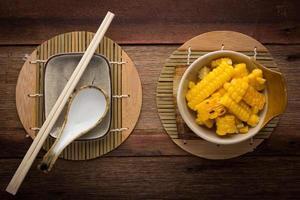 gespaltener Mais auf Holzhintergrund foto