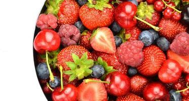 Beerenfrüchte Erdbeeren Himbeeren Kirschen Blaubeeren Johannisbeeren isoliert auf Weiß foto