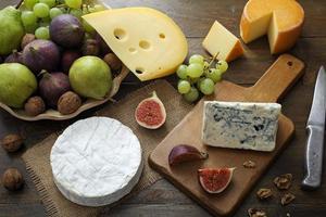 Draufsicht verschiedene Käsesorten foto