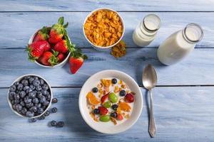 Zutaten für ein gesundes und nahrhaftes Frühstück foto
