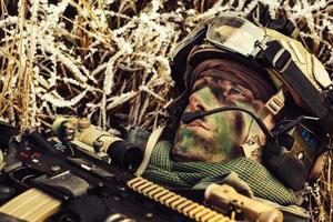 verwundete Soldaten liegen am Boden und schauen auf foto