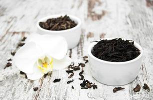 schwarzer und grüner Tee mit Orchideenblüte foto