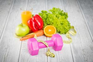 Fitnessgeräte und gesundes Essen. foto