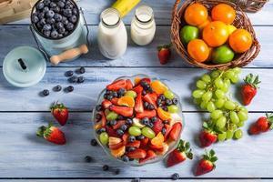 Zubereitung eines gesunden Frühlingsfruchtsalats foto