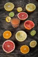 geschnittene Zitrusfrüchte mit Saft foto