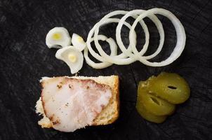 Sandwich mit Becon, Zwiebeln und eingelegter Gurke foto