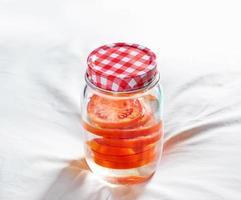 Detox-Diätwasser von frischen Tomaten im Glas foto