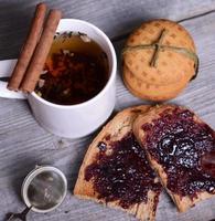 Brot mit Marmelade zum Frühstück