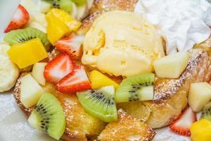 Honigtoast mit Früchten foto