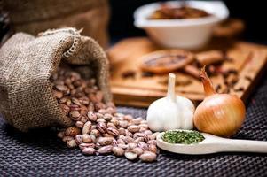 Winterzutaten wie Bohnensamen, Zwiebeln und Knoblauch