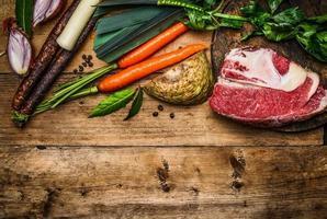 Rinderbrust mit Gemüsezutaten zum Kochen von Suppen oder Brühe foto