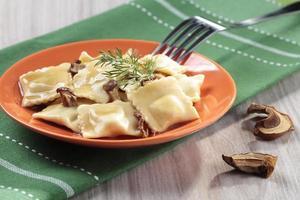 Portion Ravioli mit Pilzen und Sauerkraut foto