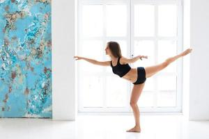 Frau, die einen Tanz aufführt foto