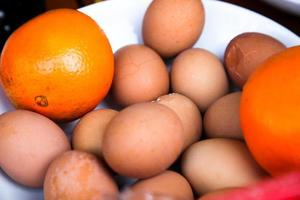 gekochtes Ei mit zwei Orangen