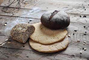 frisches Retro Vintage Brot auf dem Holz foto