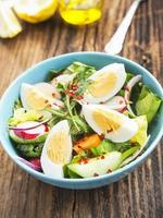 gesunder Gemüsesalat mit gekochten Eiern und Chiliflocken