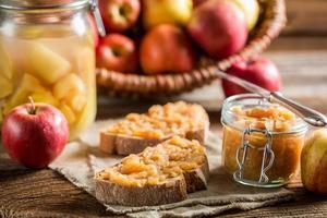 kleiner Snack mit Apfelmarmelade in der Speisekammer foto