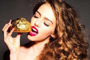 attraktives hübsches junges Mädchen mit goldenem Brötchen