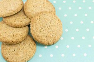 Integrale Kekse auf blau gepunktetem Hintergrund foto