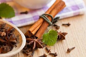 Anissterne, Tee und Zimtstangen auf Holz foto