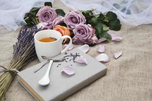 Lavendel und eine Tasse Tee foto