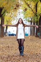 schönes Mädchen, das Spaß im Herbst hat.