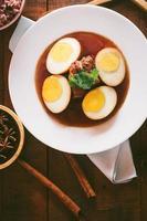 Eier und Schweinefleisch in brauner Sauce, thailändische Küche foto