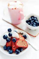 Biscotti mit Marshmallow und Heidelbeeren foto