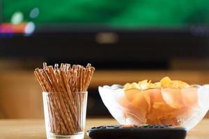 Fernsehen, Fernsehen (Fußball, Fußballspiel) mit Snacks foto