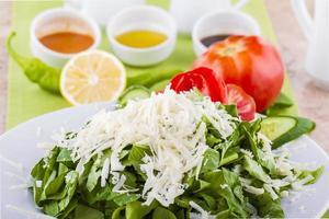 leckerer Gemüsesalat mit Feta und Oliven foto