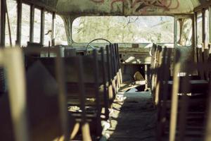 Transitbus in Trümmern foto