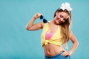 Porträt des glücklichen Pin-up-Mädchens mit Sonnenbrille.