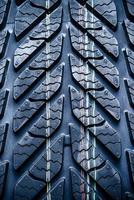 Fragment eines neuen Fahrzeugs, Autoreifen, Reifen. foto