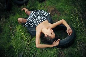 Polka Dot Latina Frau, die auf Reifen legt