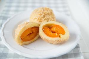 Süßkartoffelknödel mit Aprikosen gefüllt foto