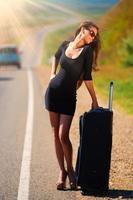Straßenkoffer der brünetten Frau