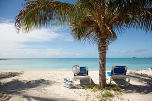 tropischer Strand mit Sonnenliegen