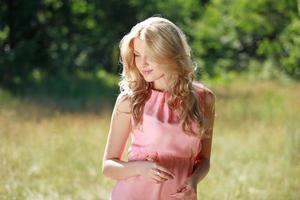 junge schöne Frau mit grünem Hintergrund