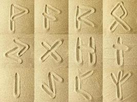 Runen in den Sand geschrieben foto