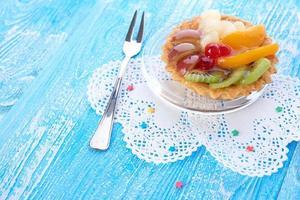 süßer Kuchen mit Früchten auf Teller foto