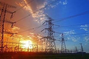 Draht elektrische Energie bei Sonnenuntergang foto