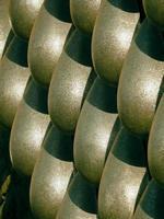 Stahlskulptur repräsentiert Wassertropfen auf Steinmauer foto