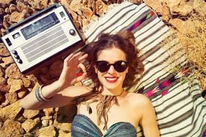 schönes Mädchen an einem steinigen Strand foto