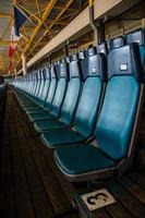 Stadion mit leerem Stuhl foto