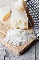 geriebener Parmesan und Metallreibe foto