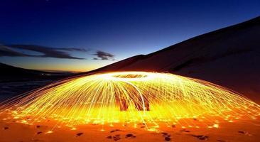 Stahlwolle, die sich während eines Sonnenuntergangs dreht foto